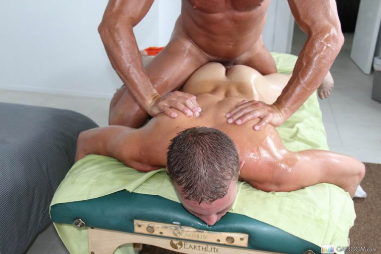 гей делает эротический массаж мужику